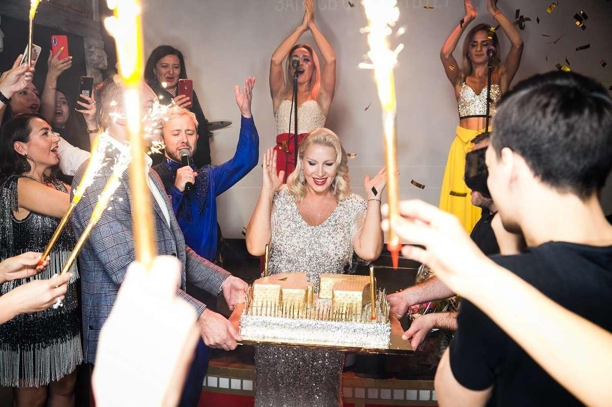 47 свечей на торте и корзина черешни: Екатерина Одинцова с размахом отпраздновала день рождения