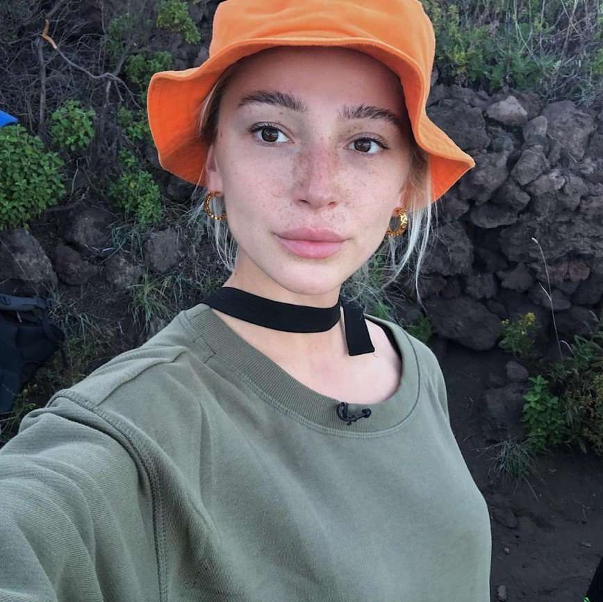 Настя Ивлеева произвела фурор селфи с густыми бровями без макияжа