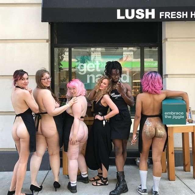Продавцы Lush разделись в поддержку экологии