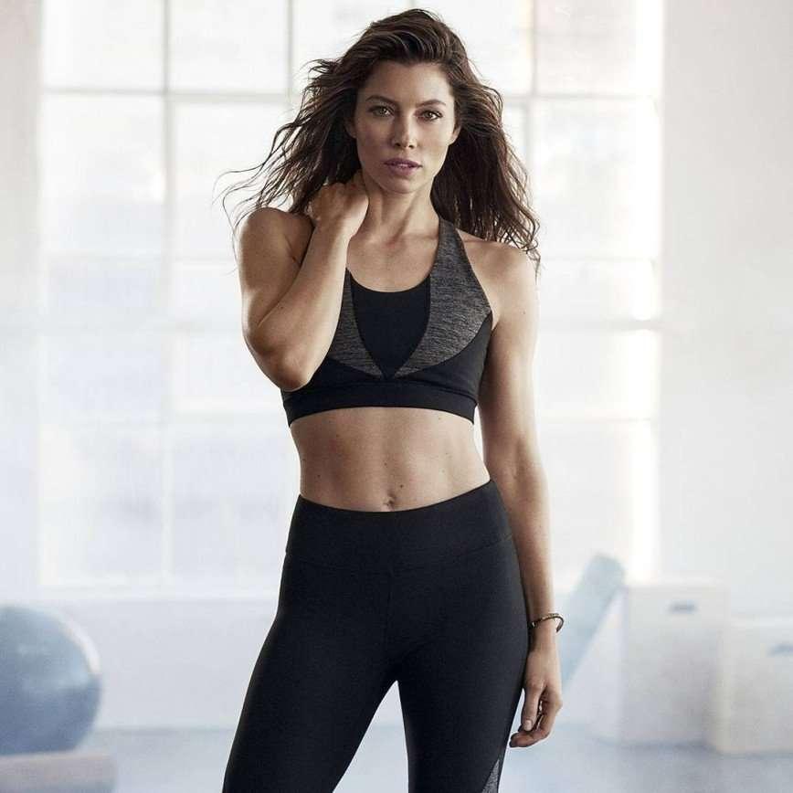 «Ничего нового»: Джессика Бил выпустила свою коллекцию спортивной одежды