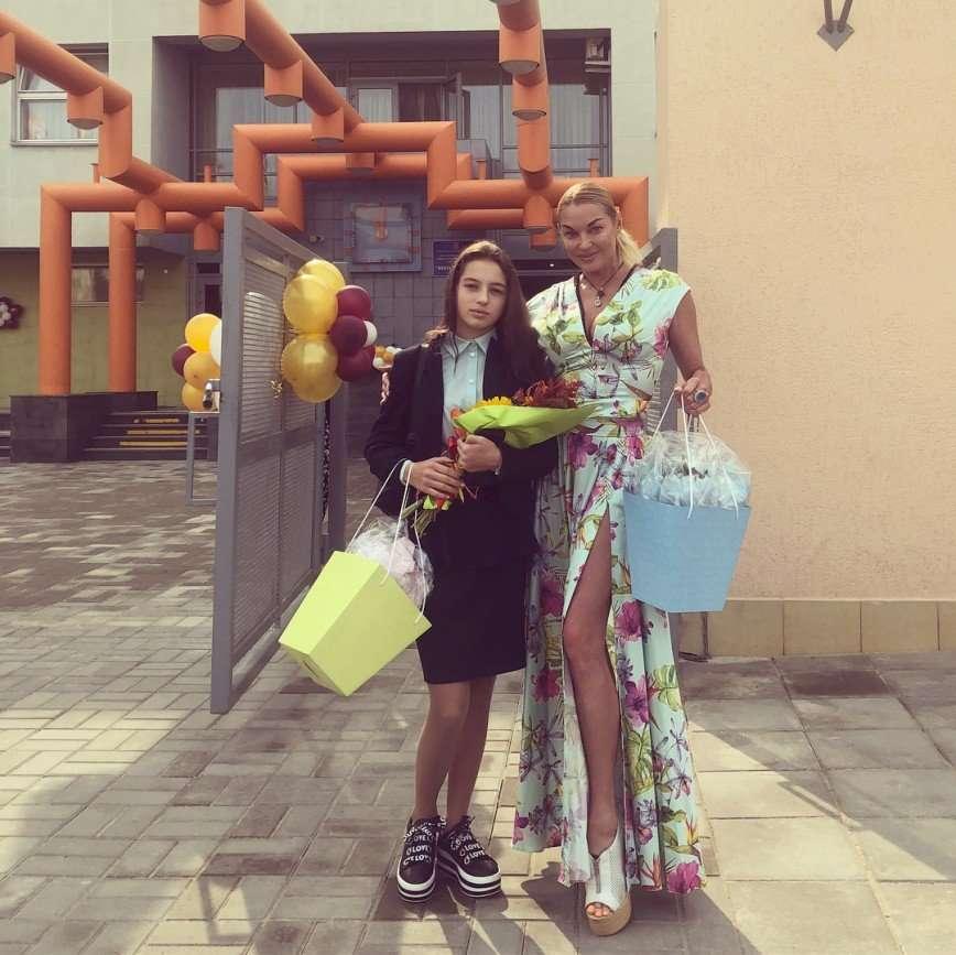 Анастасия Волочкова показала, как ее дочь делает домашнее задание