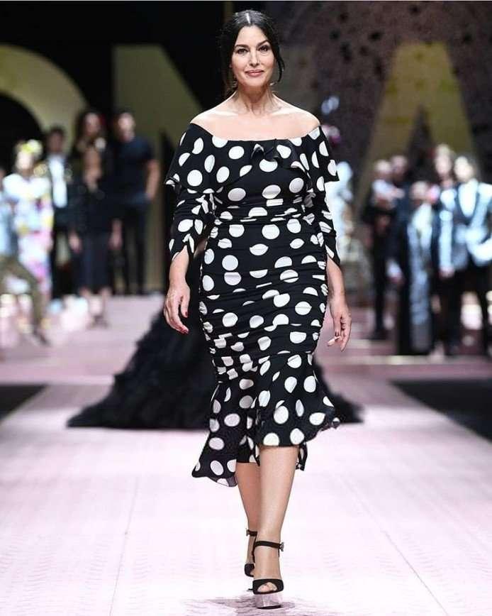 Опасный горошек: Моника Белуччи в спорном платье на показе D&G