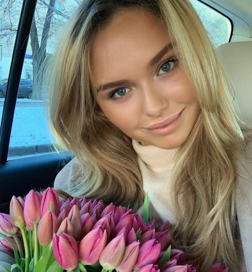 Стефания Маликова в замысловатом платье пришла на свадьбу дочери олигарха