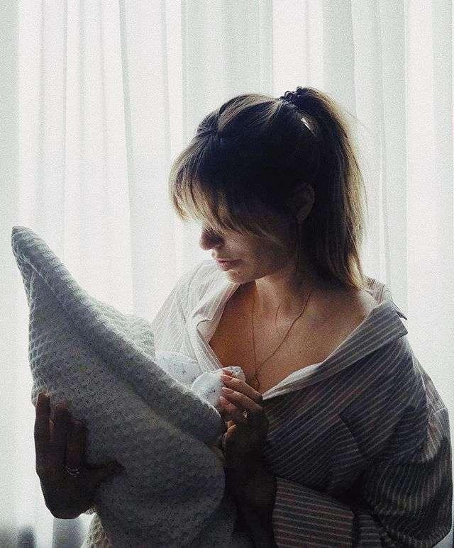 Первое откровенное фото Саши Савельевой после родов