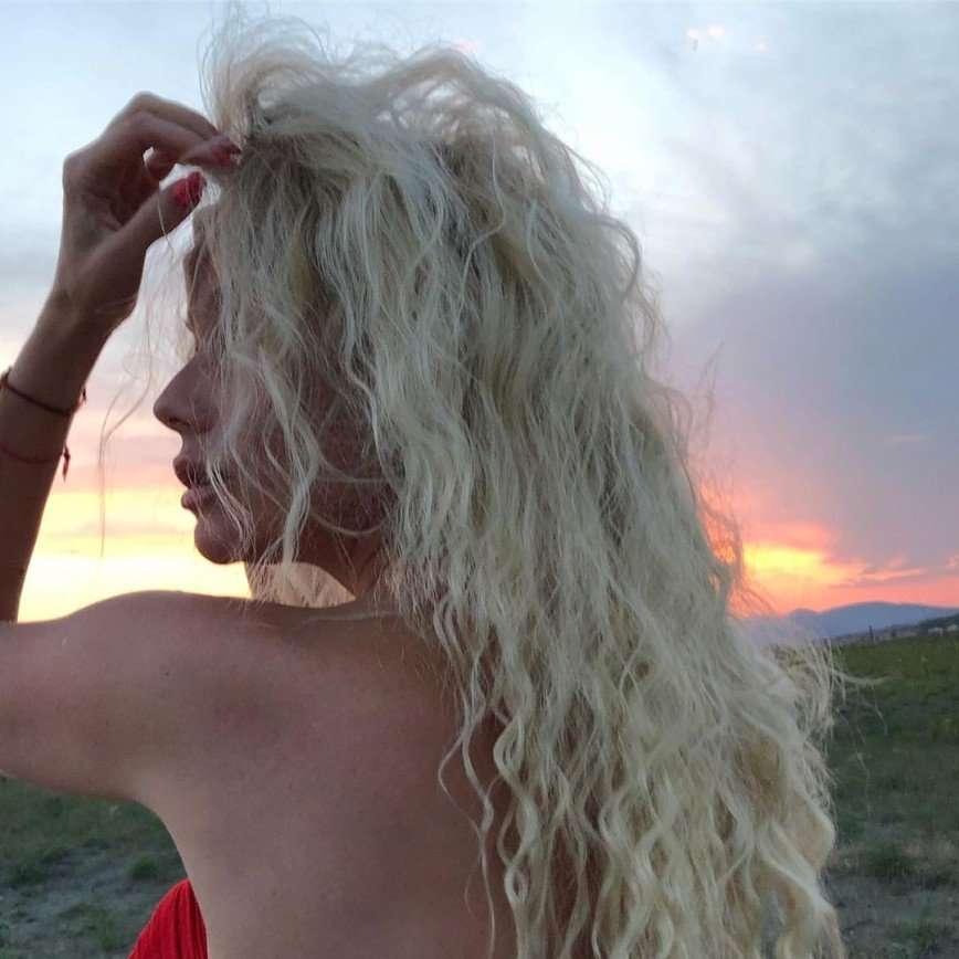 Елена Корикова показала фигуру в бикини в лучах закатного солнца