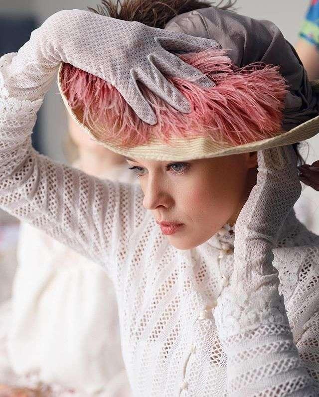 Екатерина Шпица похвасталась грудью в латексном костюме